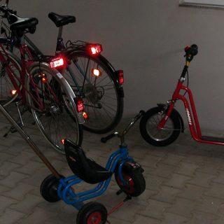 Fahrräder, Dreiräder und Roller in unserer Spielscheune