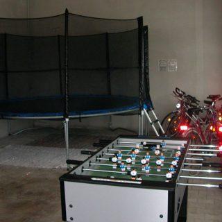 Trampolin und Kicker in unserer Spielscheune